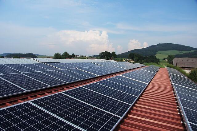 solární energie - panely na střeše